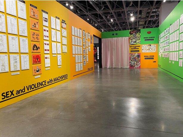 「今石洋之の世界」より「SEX and VIOLENCE with MACHSPEEDとOVAL × OVERとDEAD LEAVESの世界」の展示