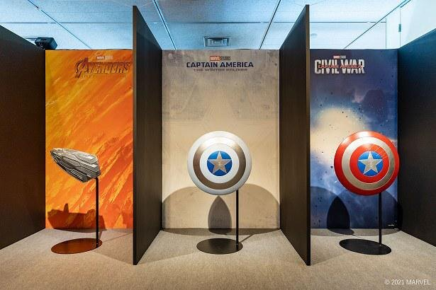 『キャプテン・アメリカ』歴代のシールドを展示