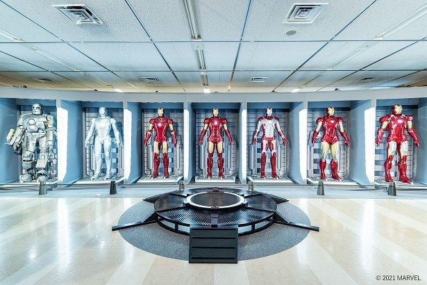 『アイアンマン』トニー・スタークのラボに格納されたアーマー群