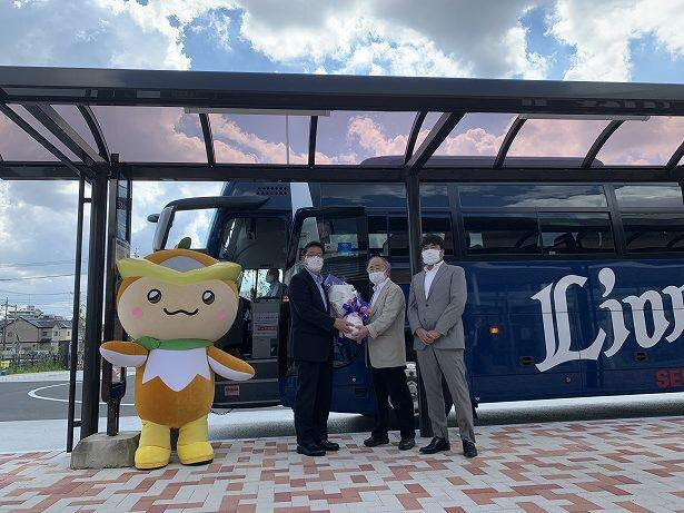KADOKAWA・角川歴彦取締役会長より、西武バス・渡邊一洋代表取締役社長へ花束贈呈