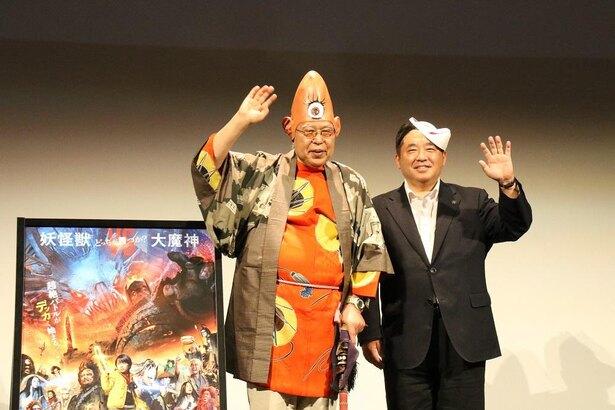 荒俣宏氏(左)と藤本正人所沢市長(右)