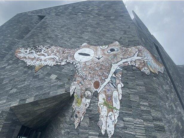 「アマビエ・プロジェクト~コロナ時代のアマビエ~」第2弾、角川武蔵野ミュージアムの外壁にある鴻池朋子作品『武蔵野皮トンビ』